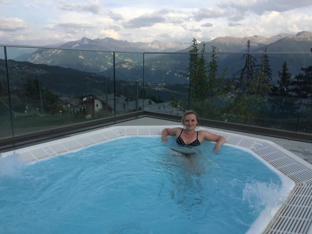 Détente dans les bains face à la montagne